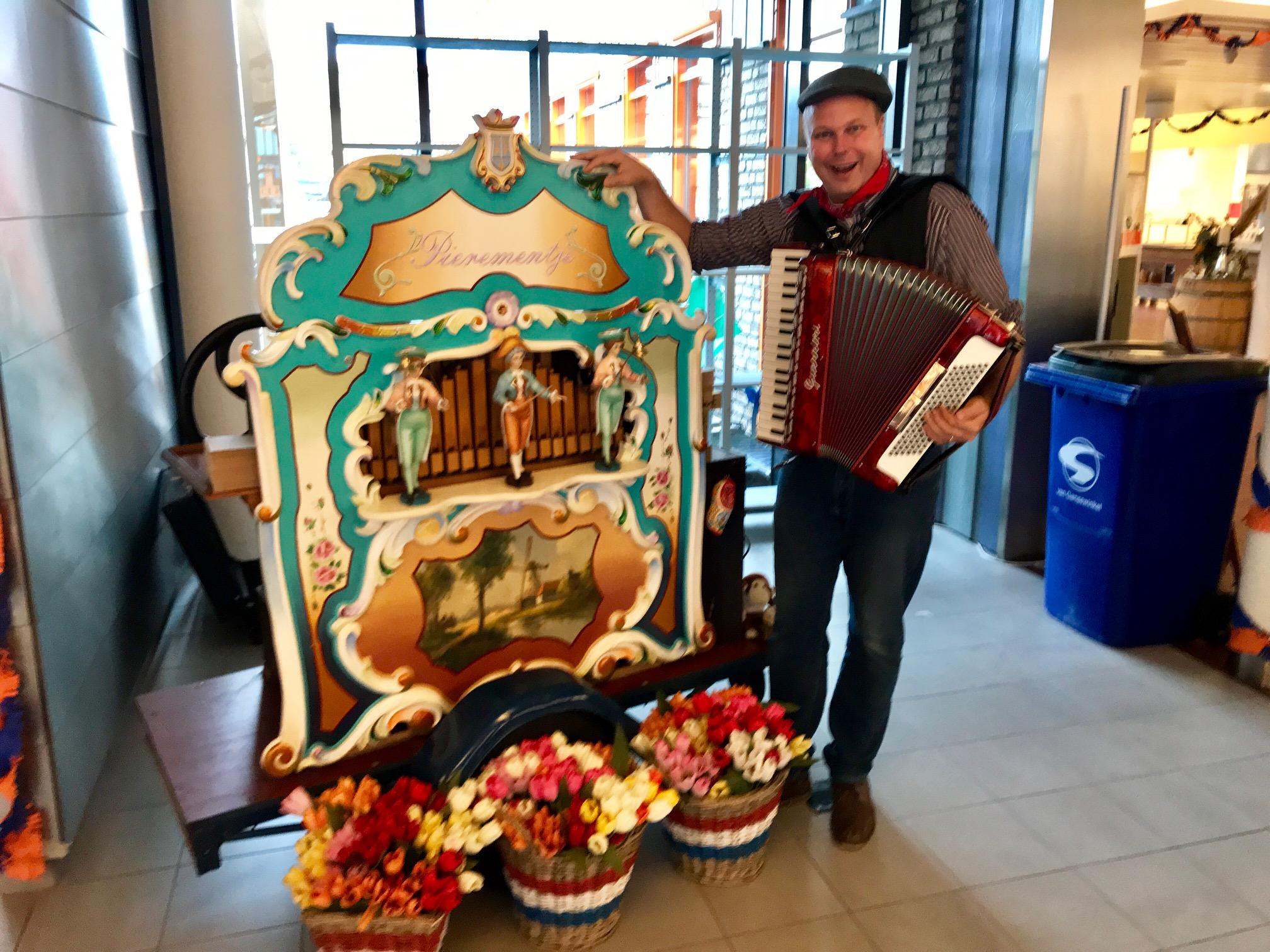 Draaiorgel Het Pierementje met accordeonist