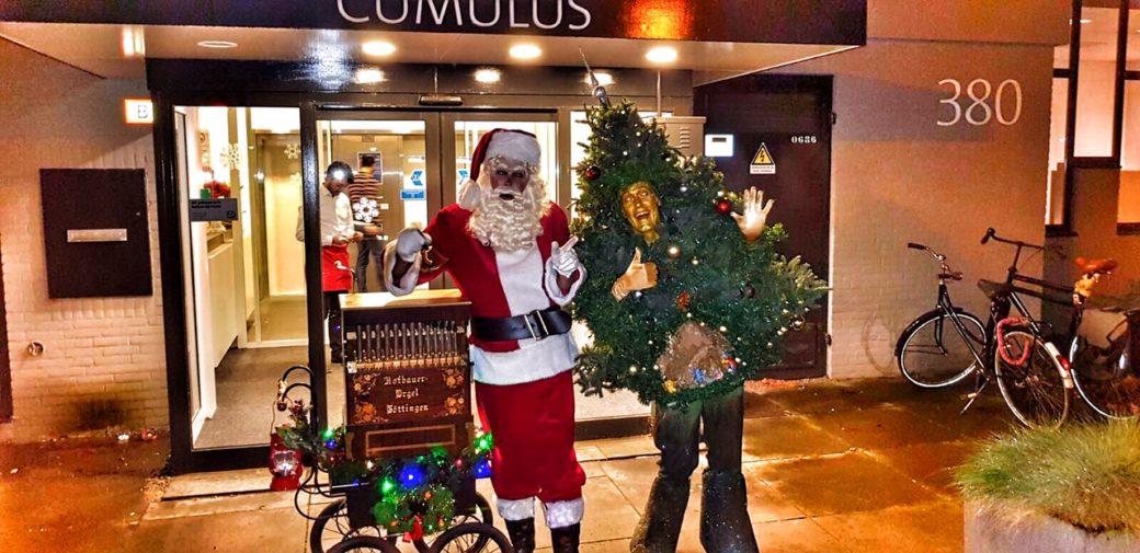 Kerstman met klein draaiorgel en zingende kerstboom