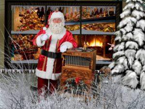 Kerstman-met-klein-draaiorgel-voor-raam